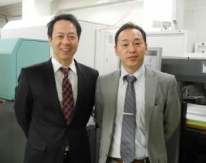 共栄メディアの錦山社長(左)と市川生産部長