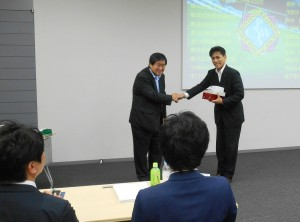 FFGS磯村執行役員(左)から研修生へ修了盾などを贈呈