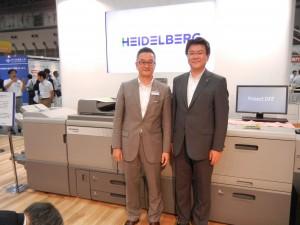ハイデルベルグ・ジャパンのブースでライノプリントを発表した。ハイデルベルグ・ジャパンの水野社長(左)とリコージャパンの坂主常務。