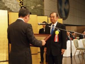 表彰される富士フイルムHDの古森CEO