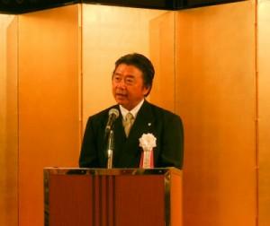 祝賀会で主催者を代表してあいさつする島村理事長