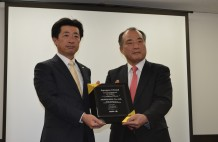 日本アグフア・ゲバルトの松石社長から記念の盾が贈られるニシカワのニシカワ社長