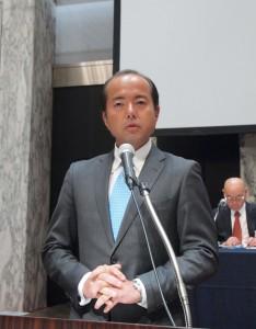 所信を述べる臼田新理事長