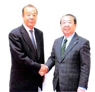 設楽印刷機材の設楽誠一社長(右)、埼玉クスダオフ機材の白石正喜社長