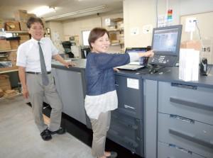 bizhubPRESS1250P 女性社員の森岡美紀子さんと十河社長