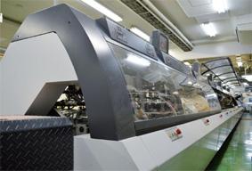 芳野マシナリーの万力丁合機(撮影のためカバーを開けています)