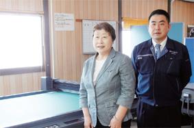 多田則子社長(左)と多田信専務(今年導入したカッティングプロッタ前で)