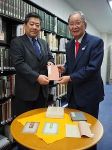 ミズノプリテックの水野会長(右)、印刷図書館の神戸常務