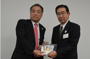 秋田活版印刷の畠山社長(右)と日本アグフア・ゲバルトの松石社長