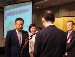 経済産業大臣賞を受賞した明治(左)