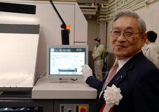 起動式でJet Press 720Sの起動ボタンを押す第一印刷所の堀一社長