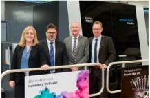(写真左から)ハイデルベルグ・デジタル事業部の統括マネージャー、モンセラート・ペイドロ‐インサ、カラードルック バイアスブロン社マネージングディレクター、トーマス・プフェファレ氏、マーティン・ブルッテル氏、サシャ・クナーベ氏