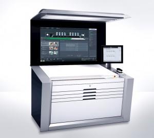 印刷機の中核をなすウォールスクリーンXL付き新型プリネクトプレスセンターXL2。人と機械が協力して高い生産性を達成するためのインターフェイスであり、オペレータをナビゲーション制御された自律的な印刷プロセスの管理者に変える。