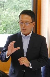 あいさつを述べる田中会長