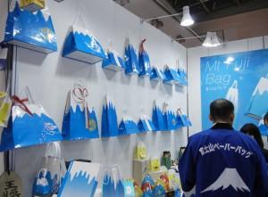 インパクト抜群の富士山型手提げを提案した富士パック