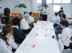 工場見学に訪れた篠原紙工で。工場見学のレクチャーを受ける。