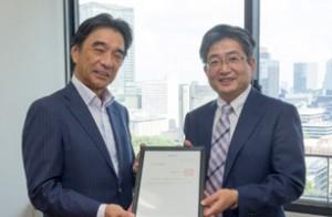 認定を受けるJAGATの塚田会長(左)