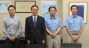 発表する大鹿印刷所の大鹿社長(左から2人目)とスタッフ