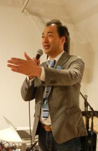 1年間の活動について報告する江森社長