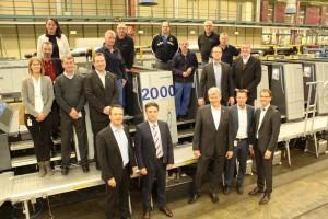 2,000台目のXL106が日本に向けて出荷されるのを、ハイデルベルグの従業員が祝った