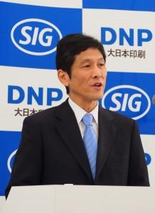 発表するDNPの北島義斉副社長