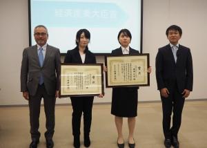 左から経産大臣賞を受賞した秋田印刷製本の大門社長と関口さん、大阪市立デザイン教育研究所の安藤さん、