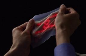 スキンディスプレイの厚みは約1mm、繰り返し45%伸縮させても電気的・機械的特性が損なわれない。