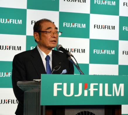 発表する富士フイルムHDの古森重隆会長