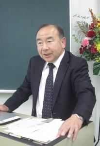 挨拶する弘報社の吉田社長