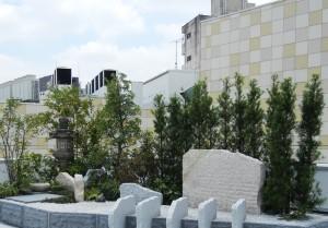 屋上にはプチ日本庭園もある。手前の縦に並んだ石は冊子をイメージ