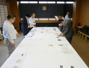 第28回シールラベルコンテスト第二次進化会で真剣に審査を行う審査員ら