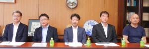 左から、文化堂印刷の中西専務、渡邊専務、加藤部長、譲原部長、岩谷工場長代理