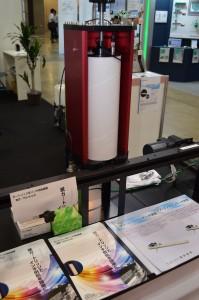 印刷機に紙カートリッジからインキを供給する装置を出展する富田技研
