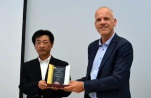 ニシカワの西川社長(右)、アグフア・グラフィックス社のフレデリック・デヒン副社長