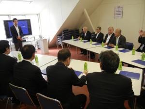 セントラルプロフィックス・田畠社長からレクチャー受ける中国印刷機材協議会メンバー