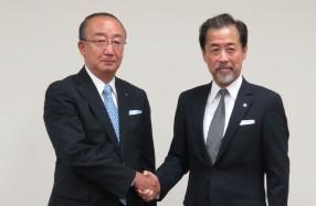 共同印刷の藤森社長(左)とNISSHAの鈴木社長