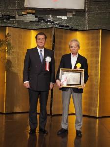 特別賞受賞の自費出版ネットワーク・川井代表理事(右)