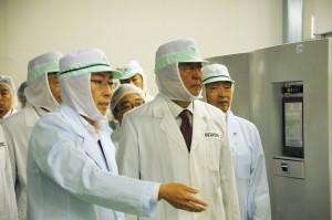 富士特殊紙業を視察する安倍首相(中央)