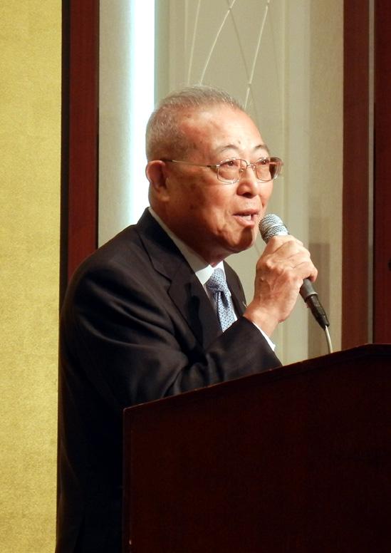 開会のあいさつで感謝を述べるショーワ・幅会長