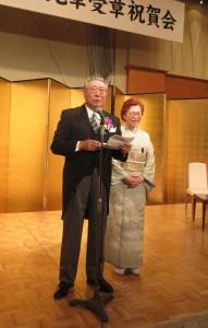 謝辞を述べる岡部氏(左)と夫人