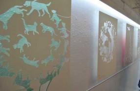 レーザー加工で繊細な表現。作品裏面に色を施すことで壁面に柔らかな影のグラデーションが映る。