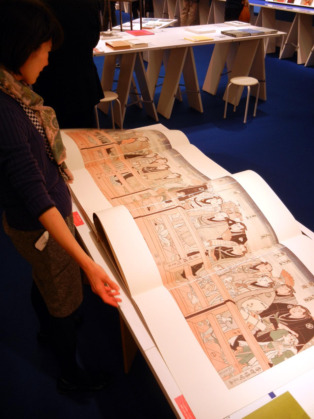 展示会場では日本相撲協会が制作した大相撲錦絵をまとめたB2判超大型本も話題に
