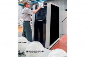 3次元オブジェクトに対応したハイデルベルグの4Dプリンティングシステムオムニファイア250。サッカーボールやペットボトルなど大量生産される消費財にパーソナライズ印刷が可能になる。