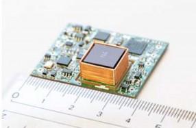 開発した小型原子時計 (内寸33 mm x 38 mm x 9 mm)