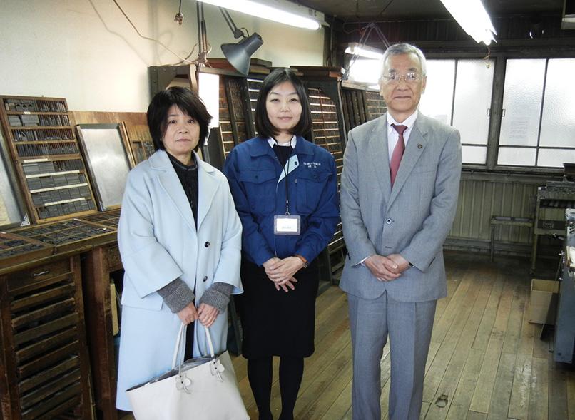 お披露目会で。左からほしおさなえさん、櫻井社長、川合市長