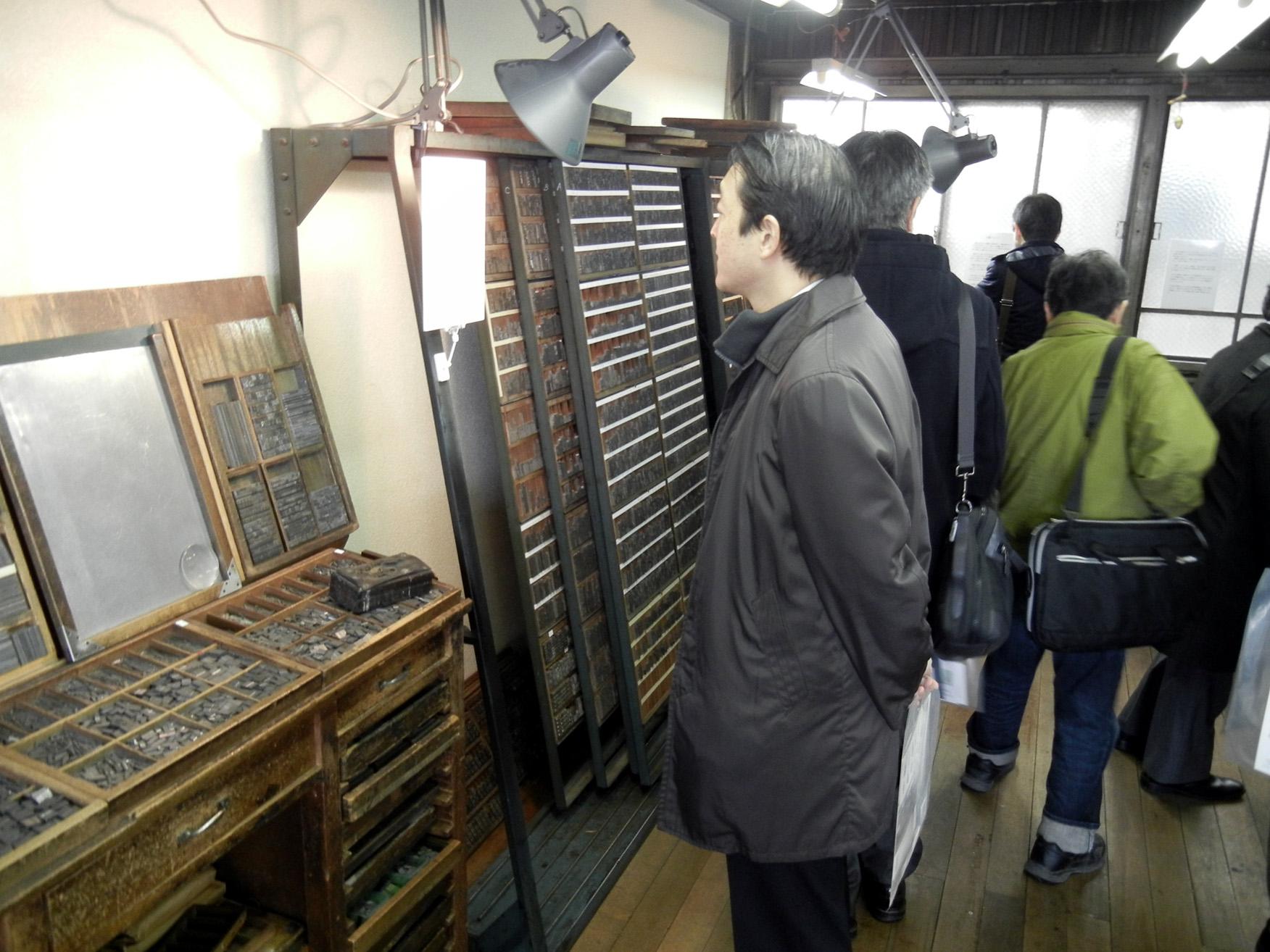 活字が並ぶ櫻井印刷所の活版印刷の工場