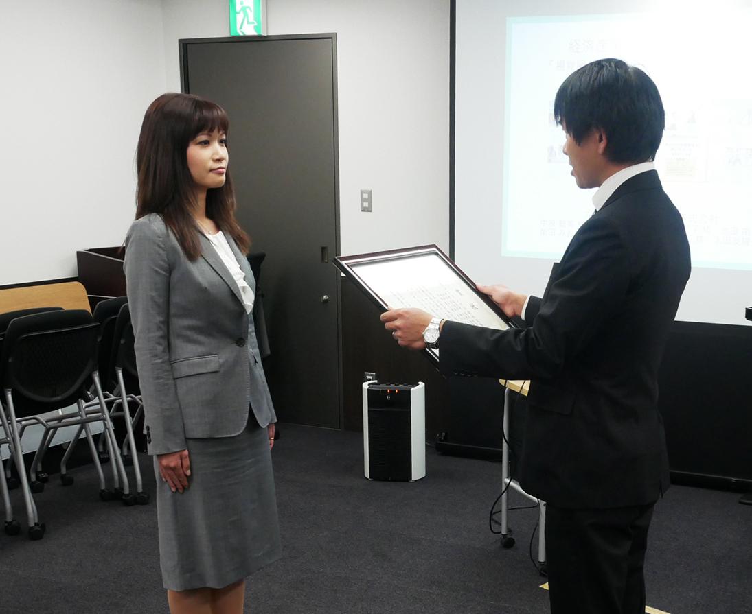 第12回メディア・ユニバーサルデザインコンペティション表彰式(経済産業大臣賞を受賞した大阪シーリングの担当者)