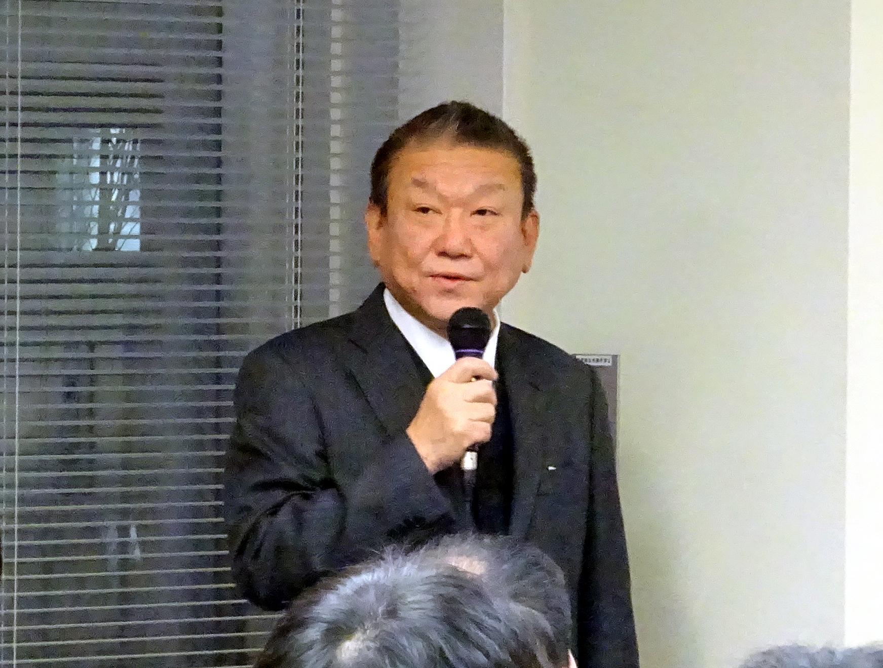 開会あいさつする田村理事長