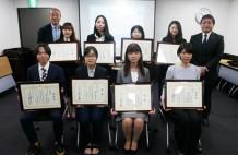 MUD表彰式で受賞者と主催者