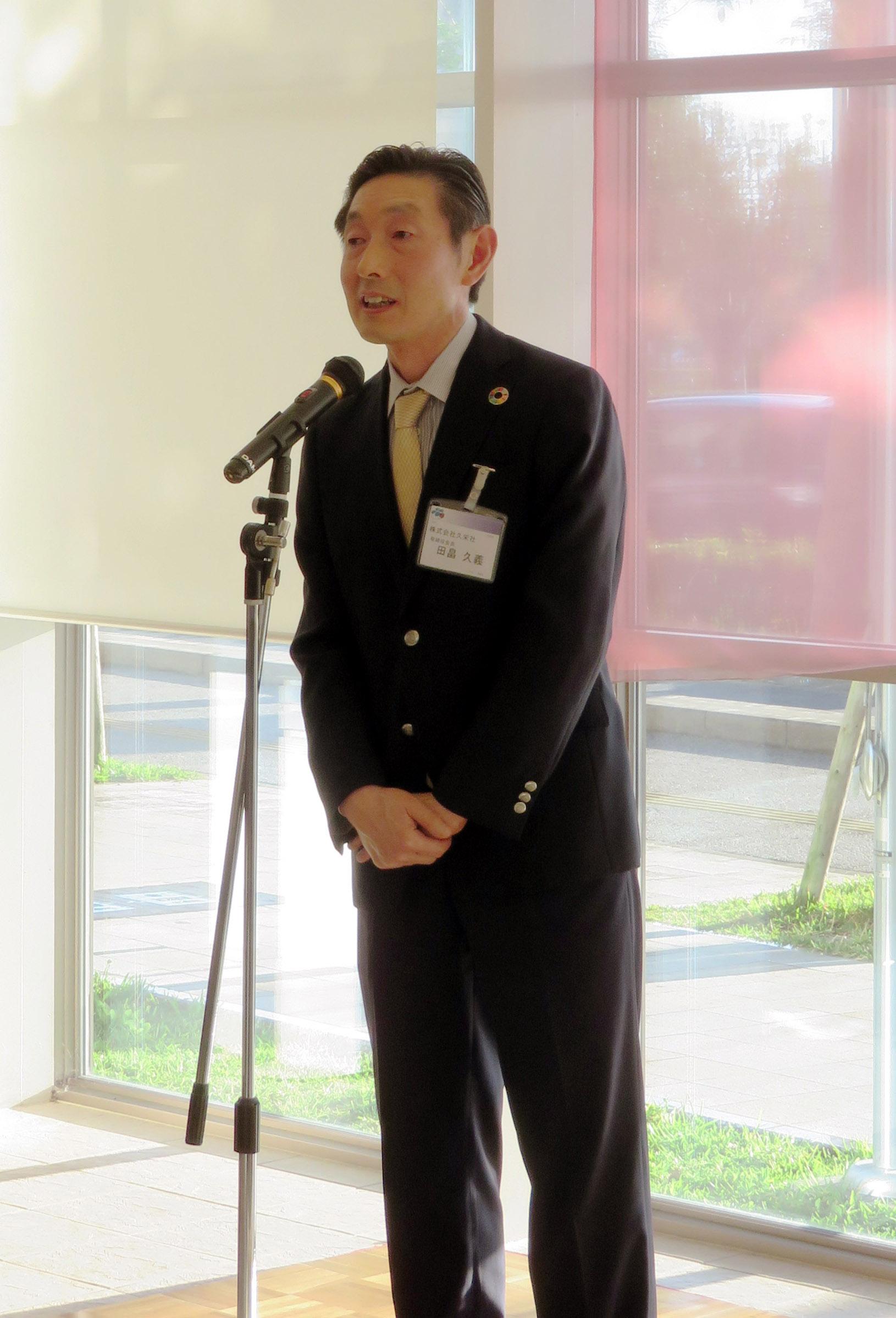 レディバードクラブの懇親会で挨拶するWPAの田畠会長